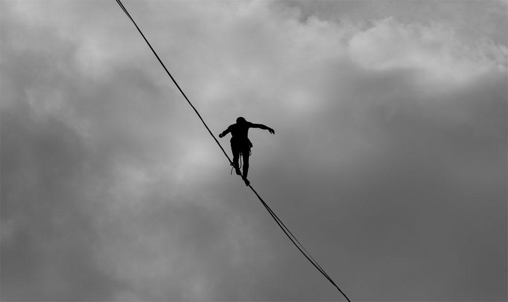 La cuerda del funámbulo, una metáfora de la innovación de Oscar Arenas Larios. Foto de Marcelo Moreira encontrada en Pexels.