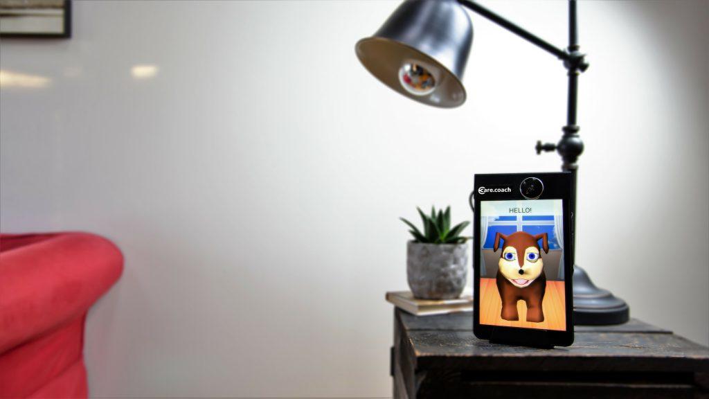 Los avatares de Care Coach viven en una tablet tal que así y no están muy bien trabajados.