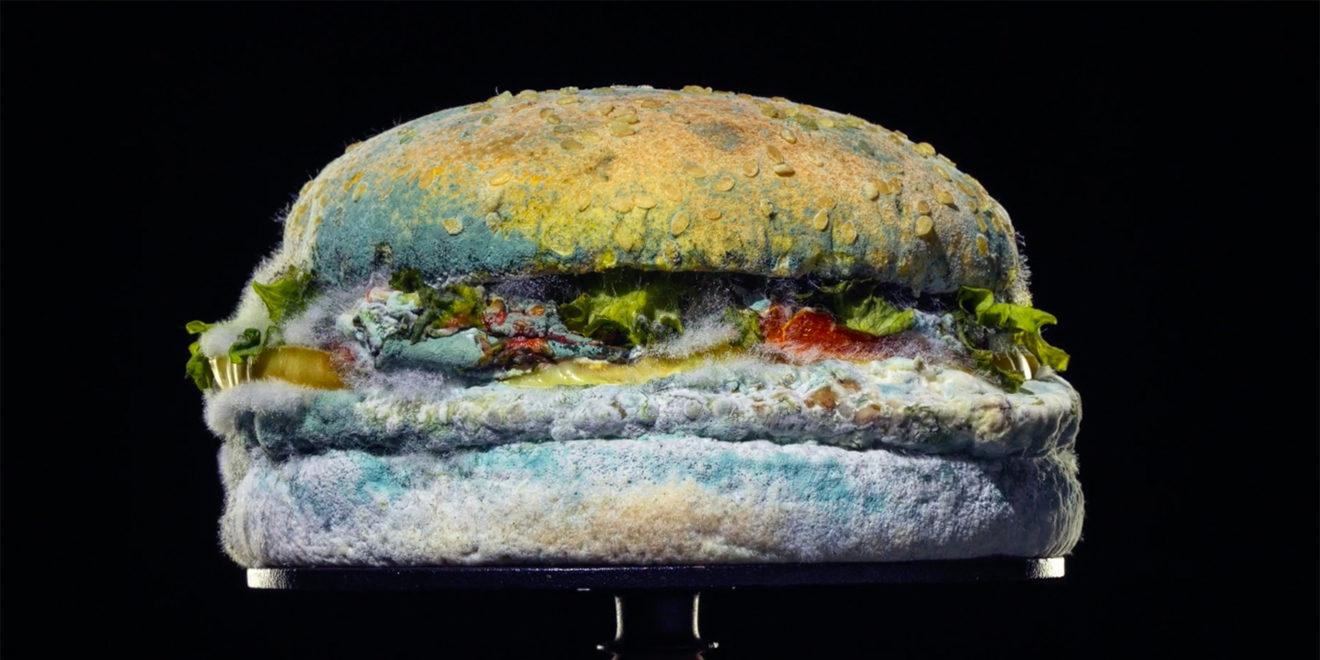 Imagen del Moldy Whooper de la campaña de Burger King. El tono azulado del moho es francamente precioso.