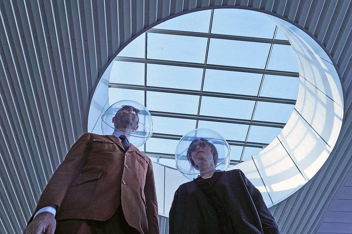 El dúo artístico Plastique Fantastique con su creación iSphere, una reflexión sobre la profilaxis y la casualidad